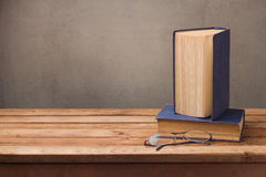 Livres et verres de vintage sur la table en bois au-dessus du fond rustique réserve vieux d'isolement par éducation de concept Images stock