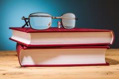 Livres et verres sur la table en bois Photo stock