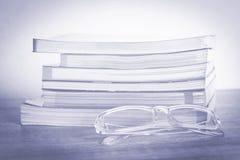 Livres et verres sur la table en bois Image stock