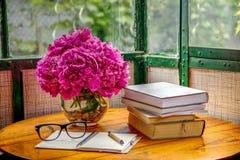 Livres et verres sur le Tableau Photos stock