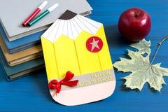 Livres, feuilles faites maison de carte postale, de pomme et d'érable Image stock