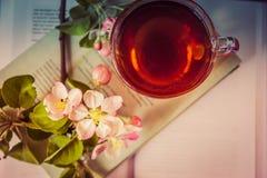 Livres, fleurs et tasse de thé Photo stock
