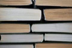 Livres multicolores sur un fond clair image libre de droits