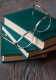 Livres pour lire, littérature éducative, verres de lecture Photographie stock libre de droits