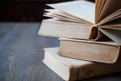 Livres pour lire sur un fond foncé Photos libres de droits