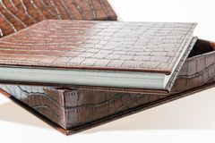 Livres reliés se trouvant sur un fond blanc Image stock