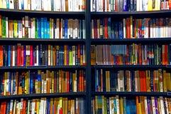 Livres sur des étagères photos stock