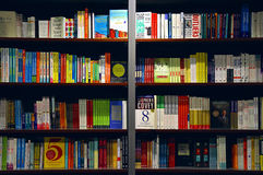 Livres sur des étagères Photographie stock libre de droits