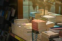 Livres sur des ?tag?res dans la librairie dans la lumi?re chaude photos stock