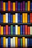 Livres sur des étagères de bibliothèque photo libre de droits