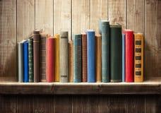 Livres sur l'étagère photographie stock libre de droits