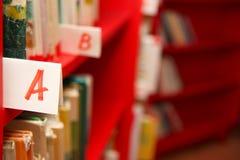Livres sur l'étagère dans la bibliothèque Photo libre de droits