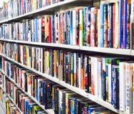Livres sur l'étagère dans une bibliothèque Image libre de droits