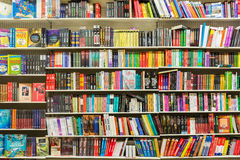 Livres sur l'étagère de bibliothèque Photographie stock