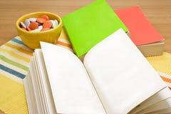 Livres sur la table Photo stock