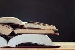 Livres sur le bureau avec le tableau photo libre de droits