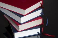 Livres sur le fond noir Photo stock