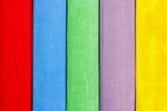 Livres sur le plan rapproché d'étagère La texture des manuels de multi-couleurs Photographie stock libre de droits
