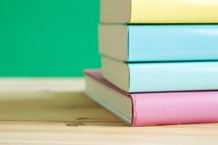 Livres sur un bureau en bois Image libre de droits
