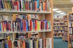 Livres sur une étagère dans la bibliothèque. Photos stock