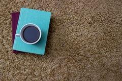 Livres verts et bleus avec une tasse de porcelaine de café Photo stock