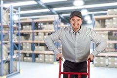 Livreur dans l'entrepôt Photographie stock libre de droits