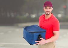 Livreur de pizza, avec le sac de la livraison dans la ville Image stock
