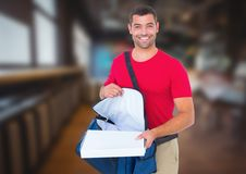 Livreur heureux avec des boîtes de sac et de pizza de la livraison dans la ville la nuit Image libre de droits