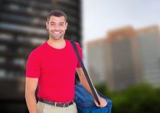 Livreur heureux de pizza avec le sac de la livraison dans la ville Image stock