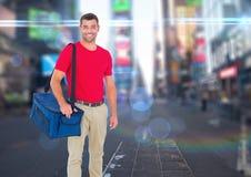 Livreur heureux de pizza avec le sac de la livraison dans la ville avec des lumières Photos libres de droits