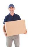 Livreur heureux tenant la boîte en carton Photographie stock libre de droits