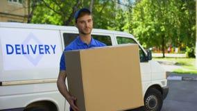 Livreur tenant la grande boîte en carton, transport d'appareils électroménagers banque de vidéos