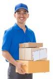 Livreur tenant une boîte de colis Image stock