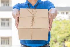 Livreur tenant une boîte de colis Concept de service de distribution Photographie stock