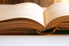 Livro aberto da antiguidade na luz solar Fotos de Stock