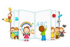 Livro aberto da leitura do miúdo Imagem de Stock Royalty Free