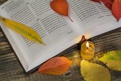Livro aberto da poesia com vela imagens de stock