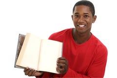 Livro aberto da terra arrendada atrativa do homem novo com páginas em branco Fotos de Stock Royalty Free