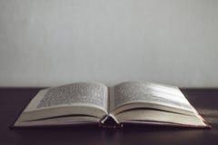 Livro aberto em uma tabela de madeira Foto de Stock Royalty Free