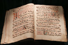 Livro aberto muito velho da Bíblia isolado no preto Imagem de Stock Royalty Free