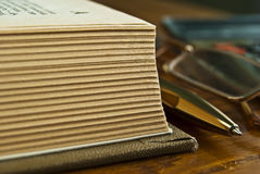 Livro aberto na tabela. Fotos de Stock