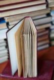Livro aberto, pilha de livros do livro encadernado fotografia de stock royalty free