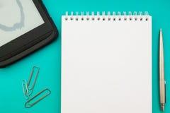 Livro aberto vazio branco do bloco de notas no fundo do conceito com materiais de escritório fotografia de stock royalty free