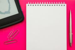 Livro aberto vazio branco do bloco de notas no fundo do conceito com materiais de escritório imagem de stock royalty free