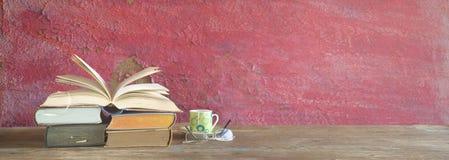 Livro aberto, xícara de café, panorama imagens de stock royalty free