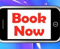 Livro agora em mostras do telefone para o hotel ou a reserva do voo ilustração royalty free