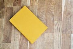 Livro amarelo na tabela imagens de stock royalty free