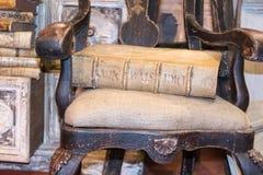Livro antigo velho na cadeira do vintage Fotografia de Stock