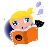 Livro bonito da história de Halloween da leitura da criança Fotos de Stock