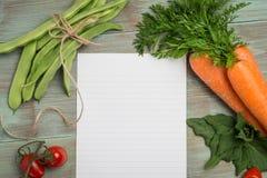 Livro Branco e vegetais Foto de Stock Royalty Free